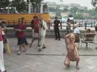 стриптиз на улице