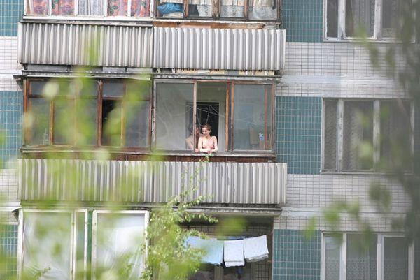 дом напротив - секс на балконе