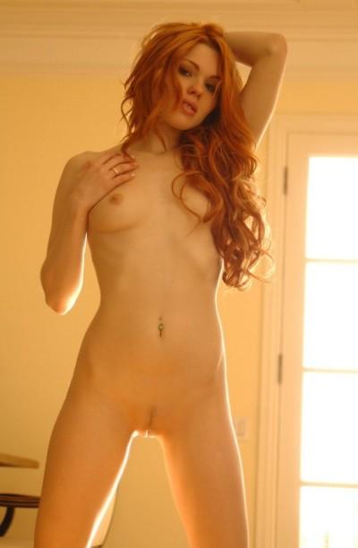 женщина с рыжими волосами,как клубничка с рыболовным крючком внутри