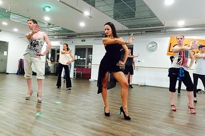 В Вене открылись курсы ходьбы на каблуках для мужчин