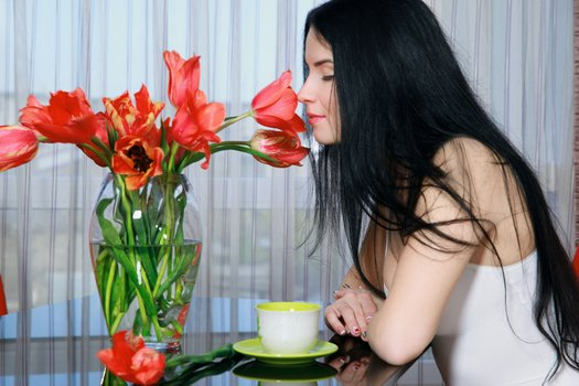 другая девица с цветами
