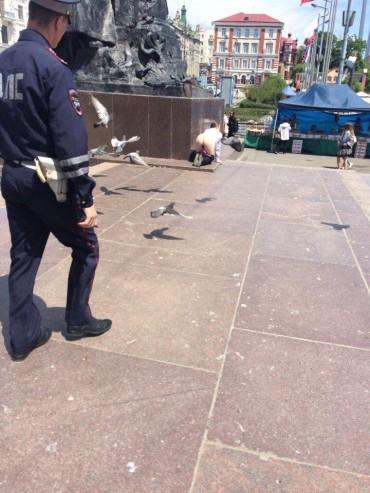 а во Владивостоке девушка сняла трусы в знак протеста
